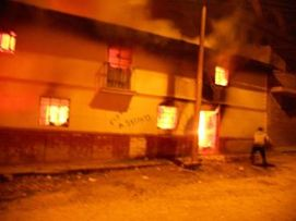 Incendio de la casa del presunto asesino de Erik Mendoza Pumaylle