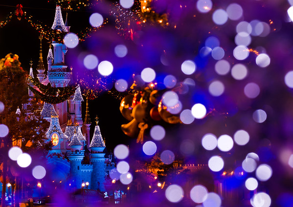 This Christmas tree bokeh from Disneyland Paris reminds me a bit of snow. I sure wish it were snow...Read more: https://www.disneytouristblog.com/disneyland-paris-christmas-bokeh/