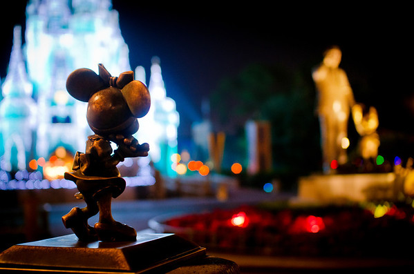Minnie gazing at Walt Disney & Mickey Mouse in Walt Disney World at Christmas. Photo taken with the Sigma 30mm f/1.4 lens. Lens review: https://www.disneytouristblog.com/sigma-30mm-f1-4-lens-review/