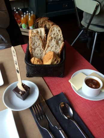 Chocolat à la cuillère, pain, scones et beurre confiture