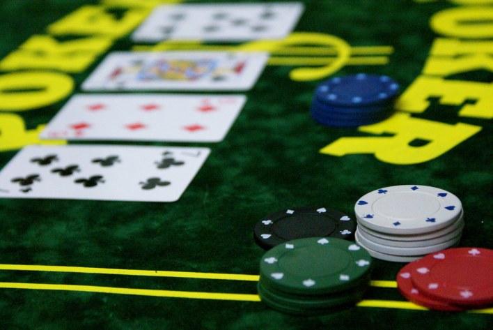 Tapis, cartes et jetons, les indispensables du poker