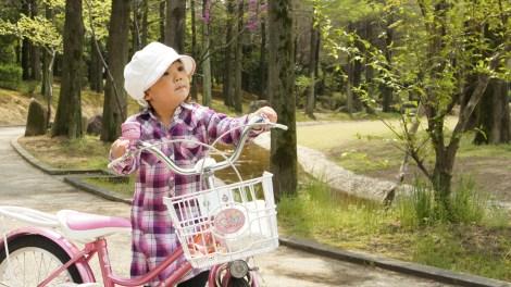 子供が自転車に乗っているおやこじてんしゃプロジェクトイメージ画像
