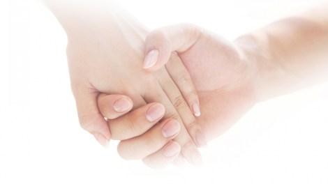 握手して手をつなぐイメージ画像