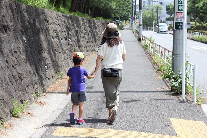 母親と子供が散歩をするイメージ画像