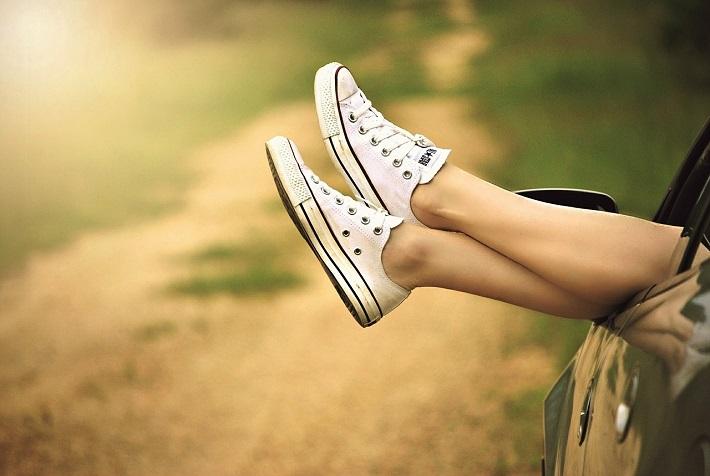 夏と女性の足とスニーカー