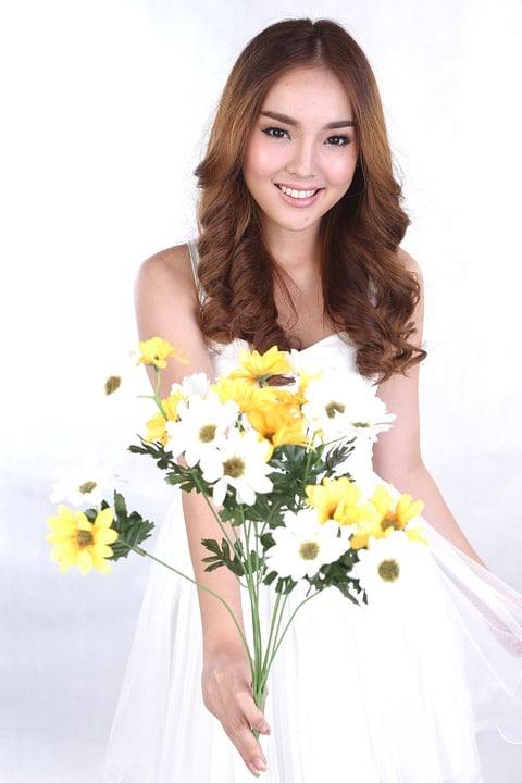 mujer ramo de flores