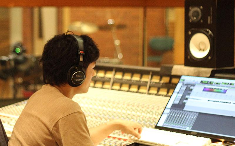 ともも人物図 【レコーディング エンジニア 長島 直乗(なおのり)】聴く人が心地よい音(演奏)をつくります(177号)