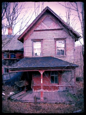 Abandoned-Home-With-An-Unplayed-Piano-1