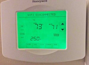 Picture of the screen of the Honeywell RTH8580WF thermostat, showing this device in the Wi-Fi Disconnected state.