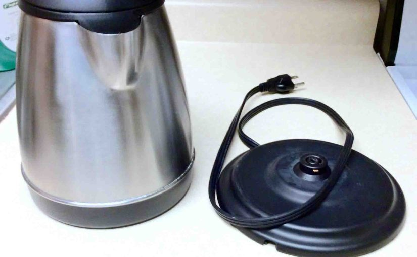 Picture of the Chef Choice kettle model 677-2, showing spout side and the power stand.
