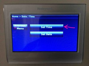 Picture of the Honeywell RTH9580WF Wi-Fi thermostat, displaying its -Time / Date- screen, with the -Set Time- button highlighted.