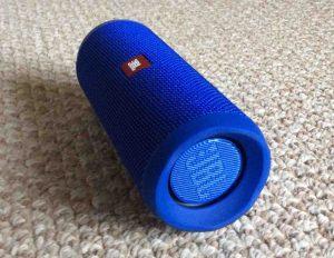 Picture of the JBL Flip 4 splashproof speaker, right side horizontal view.
