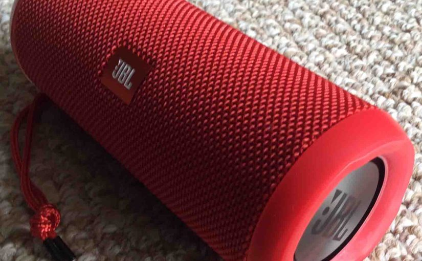 Picture of the JBL Flip 3 speaker. Showing its front and right end.