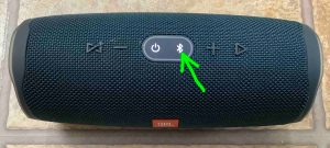 Picture of the speaker, powered ON but not paired, with its -Pairing- button blinking and highlighted.