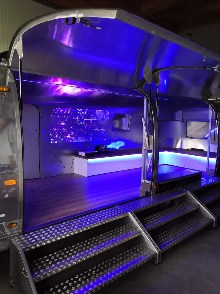 Airstream Mobile Stage Projektion 12