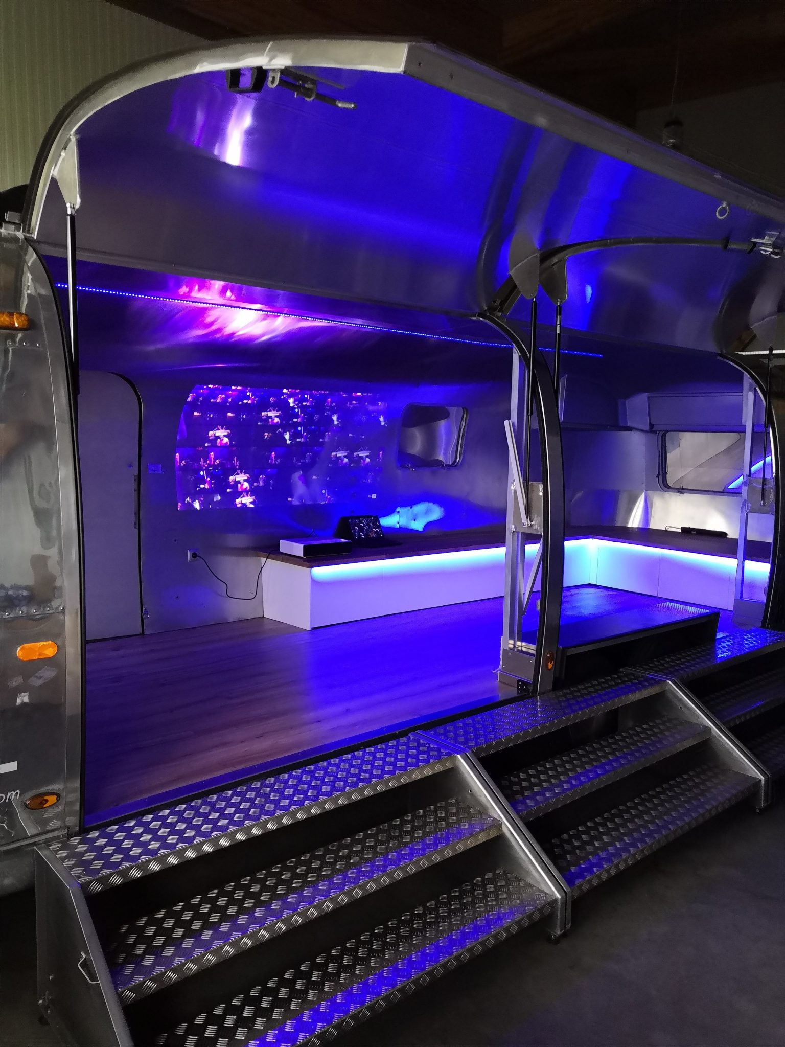 Airstream Mobile Stage Projektion 8