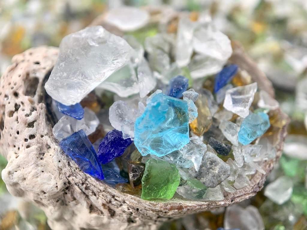 ガラスの砂浜のガラスと貝殻