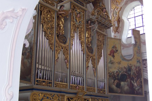 A photograph of the pipe organ in a church in Freising, Germany
