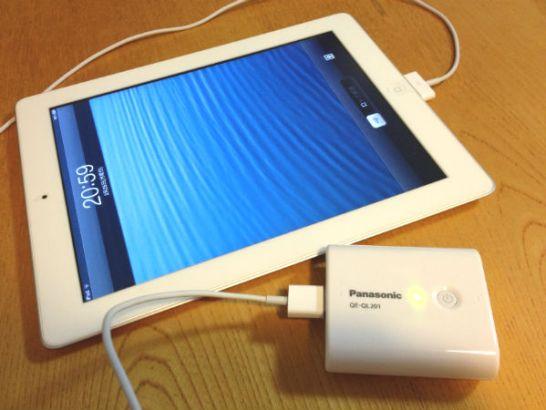 QE-QL201-WでiPadに充電中