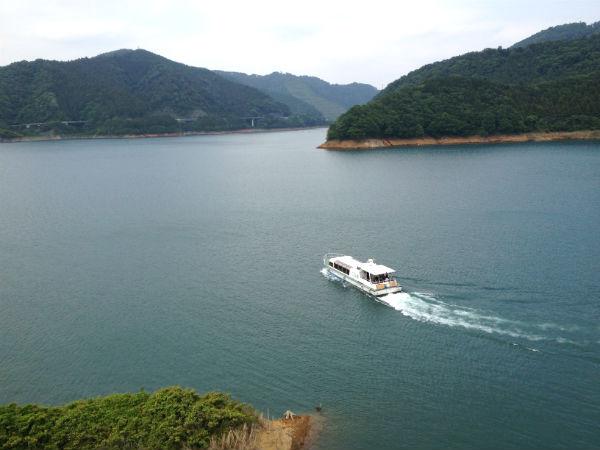 宮ケ瀬湖と遊覧船