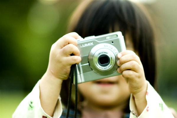 カメラを構える子供