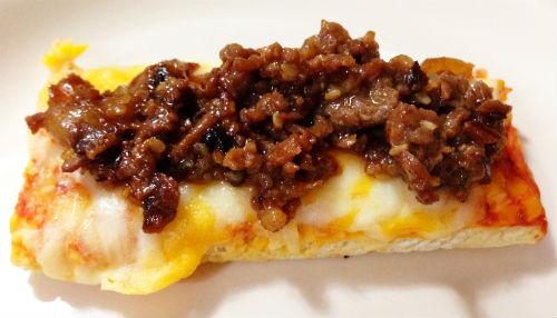 テイクベイク四角ピザ 5色チーズにプルコギビーフを乗せ