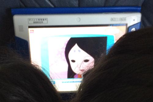 妹と一緒にチャレンジタッチで日本昔ばなしを見る長女