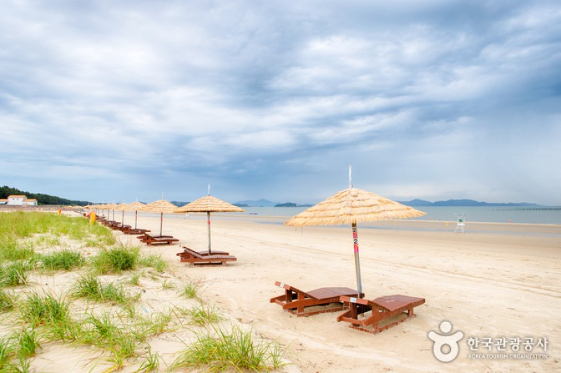Jeungdo Ujeon Beach (증도 우전해수욕장) - Sightseeing - Korea travel and tourism  information