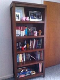 หิ้งหนังสือในห้องนั่งเล่น (Apr. 2011); $157.73