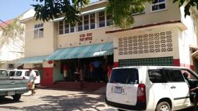 ที่ทำการไปรษณีย์ที่ Ocho Rios ที่เห็นเขียว ๆ คือตู้ปณ. อยู่นอกตึกเลย