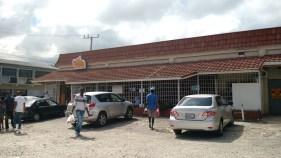 ร้านขาย Patties ชื่อ Juici Patties ที่ Ocho Rios ทุกร้านจะมีลูกกรงกั้นไว้เป็นปกติ