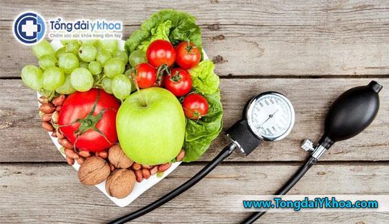 Ăn thực phẩm tươi sống và tránh chất béo động vật và các mặt hàng chế biến có thể giúp mọi người kiểm soát mức cholesterol.