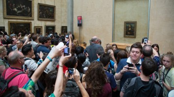 Crowd_looking_at_the_Mona_Lisa_at_the_Louvre