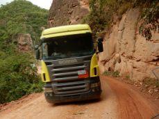 Schwerverkehr am Feldweg