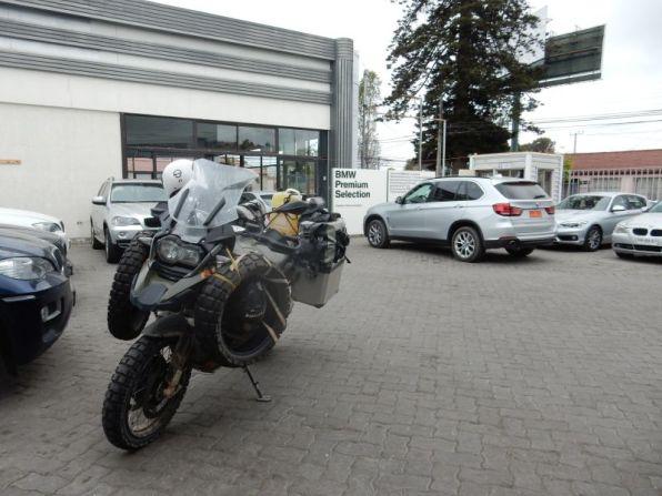 Am Parkplatz von BMW in La Serena