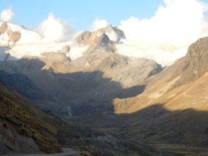 """Auf dem Weg nach Caxata. Die Abflüsse des Gletschers laufen direkt über den Weg = """"Fahrt im Wildbach"""""""