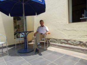"""Warten auf die """"Sachertorte"""" den Espresso und das Mineral in Cochabamba. Mr. Haba Nos kommt gleich ..."""