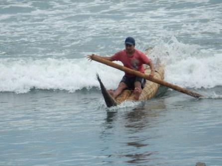 Fischer auf Totoras beim Fischen im Pazifik. Die Boote sind nach wie vor im alltäglichen Einsatz.