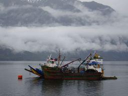 Fischerboot im Fjord => Caraterra Astral mit der Fähre