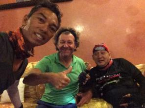 Wahyu Purwandaka mit seinem Freund - zwei Radfahrer aus Indonesien auf ihrer Rundreise durch Marokko