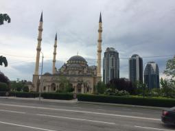 Sowohl die Moschee als auch die Hochhäuser sind keine zehn Jahre alt ...