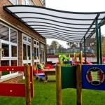 Trường Mầm Non - Polycarbonate Đặc Ruột làm mái che lượn sóng cho sân chơi ngoài trời