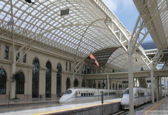 Tấm Polycarbonate làm mái lấy sáng nhà ga tàu điện