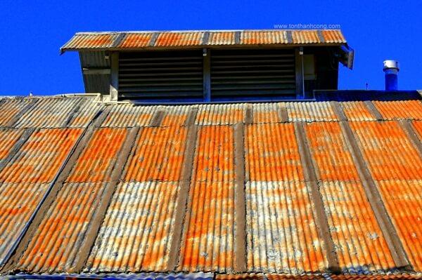 Nhà xưởng sản xuất gỗ ngoại thất, Mái Tôn bị Rỉ Sét gần hết