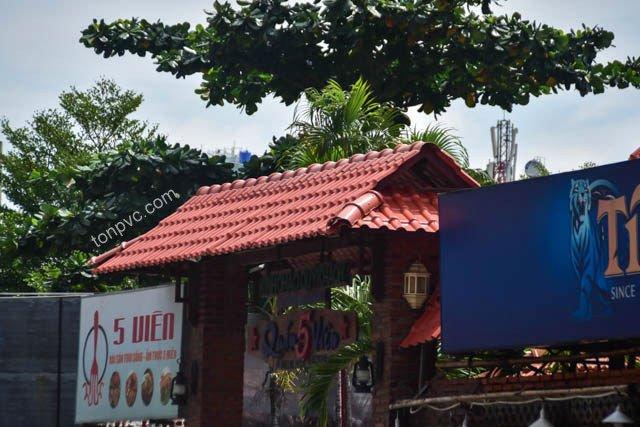 Hình 05 : mái cổng chào Nhà hàng sân vườn 5 VIÊN - TP.HCM, Ngói Nhựa ASA/PVC màu Đỏ Ngói