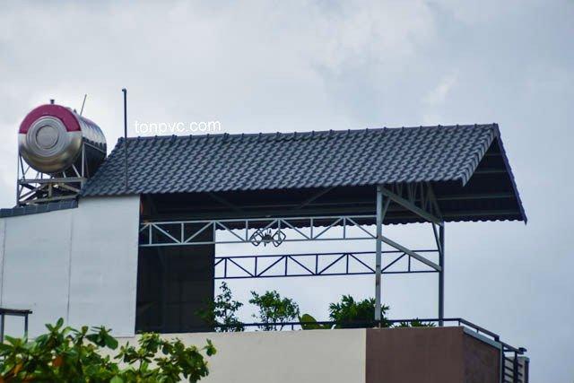 Hình 04 : bên trái nhà mặt tiền Lũy Bán Bích - TP.HCM, cải tạo sân thượng