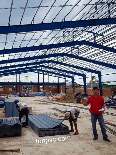 Hình 02 : kết cấu khung thép mới của Nhà Máy Phân Bón Ba Con Rồng, Long An - Tôn Nhựa ASA/PVC màu Xám Đen