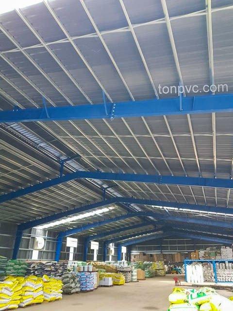 Hình 11 : không gian của nhà xưởng sản xuất phân bón Ba Con Rồng, Long An - Tôn Nhựa ASA/PVC màu Xám Đen