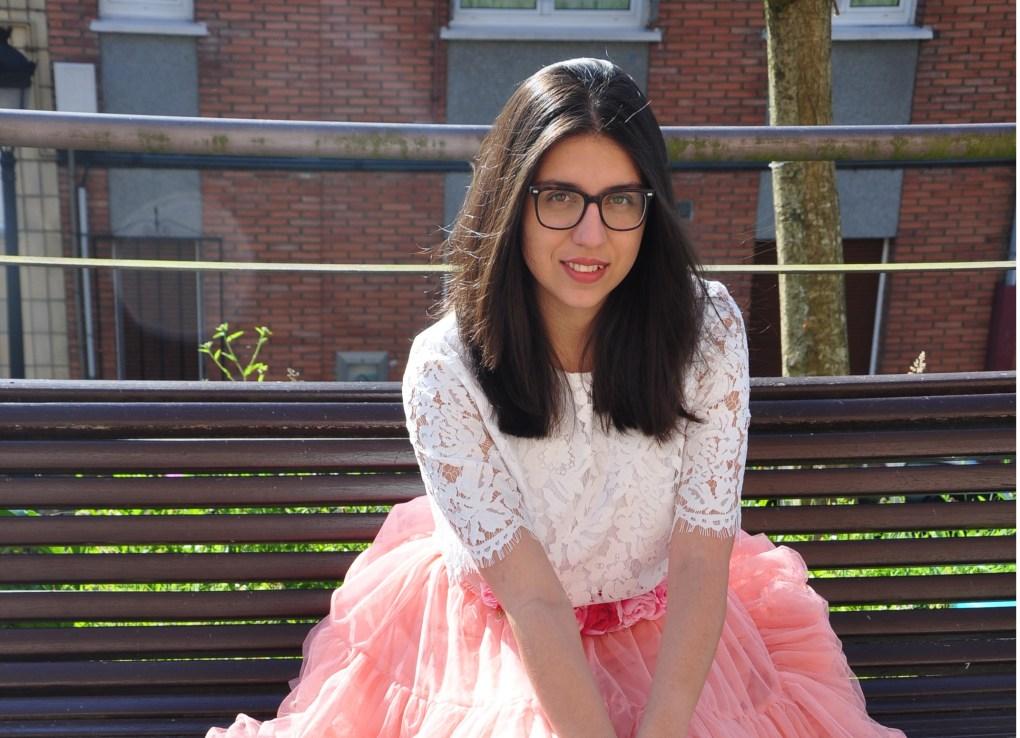 Bárbara González sentada en un banco