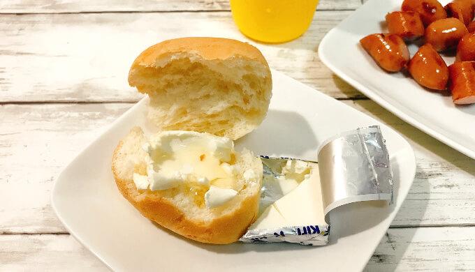 kiriクリームチーズ(ディナーロールにはちみつをかけて)